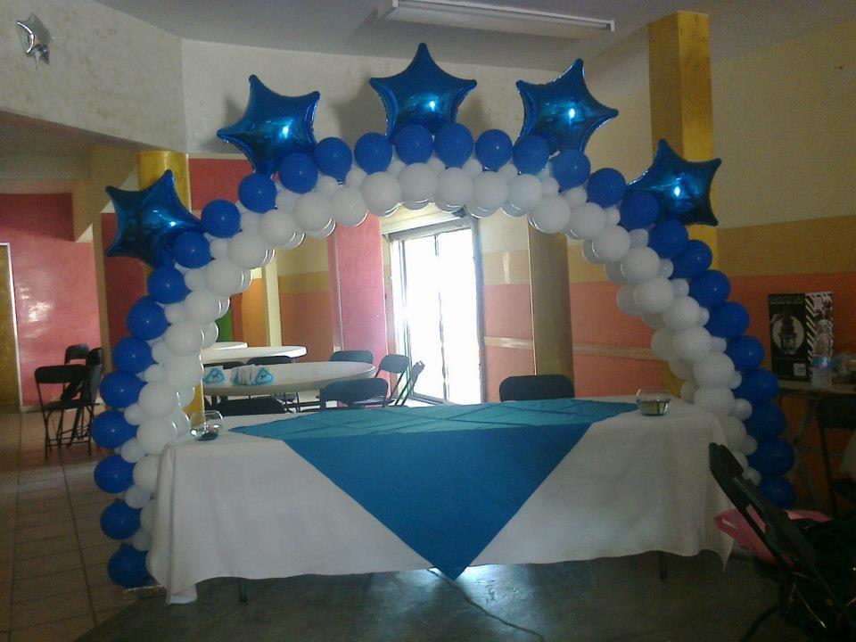 Arco de globos blanco y azul decoraci n decochikis - Decoracion para bautizo en casa ...