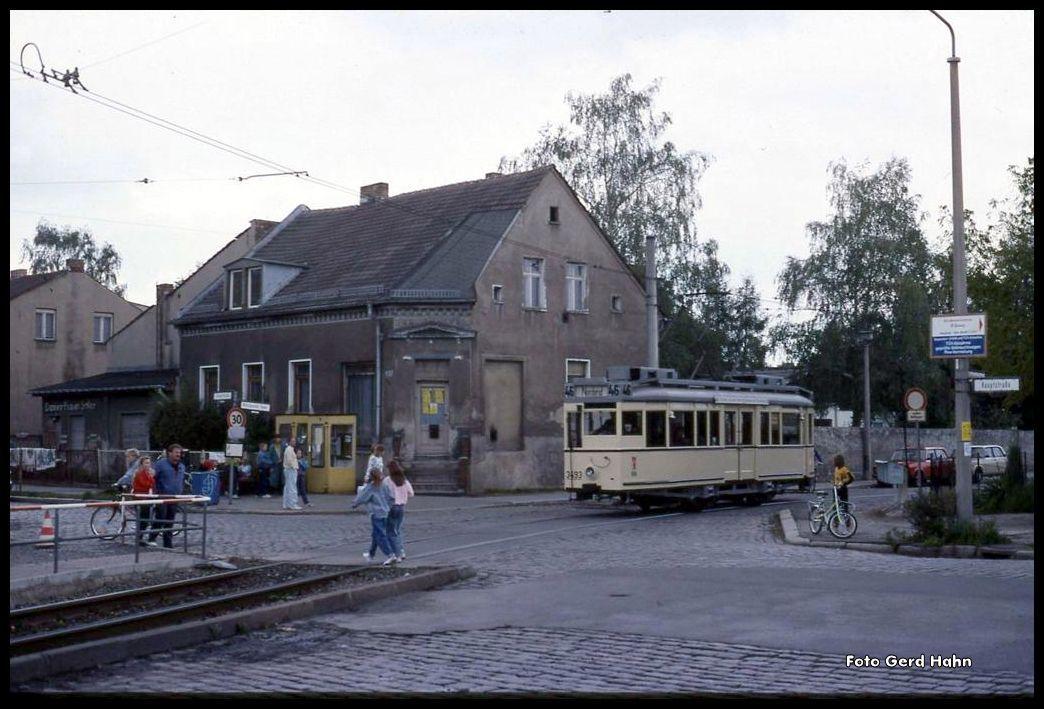 Im Osten allgemein üblich war: Noch schnell rüber huschen! Triebwagen 3493 war für die beiden Mädels auch keine echte Gefahr; denn er kam sehr langsam und zudem quietschend und rumpelnd am 22.9.1990 über die Hauptstraße in Berlin - Rosenthal.