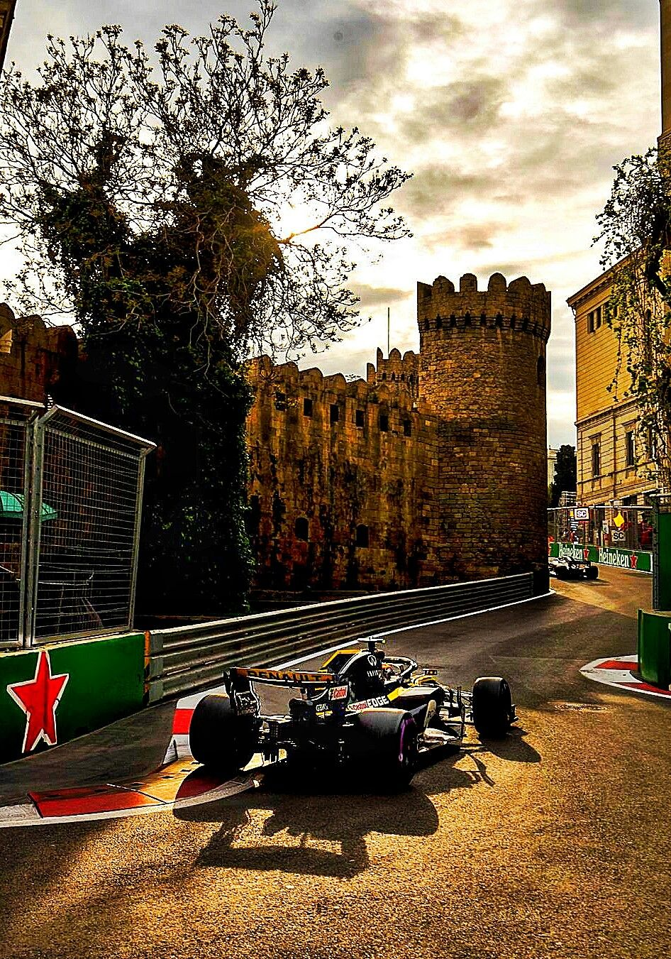 2018 Azerbaijan Gp The Renault F1 Team Demonstrating Their Mastery Of The Narrowest Streets In Formula 1 Racing This Is Why We Love Baku F1 Formula1 Aze