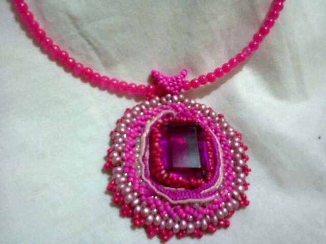 collar en tejido peyote con piedras pintadas en color rosa neon