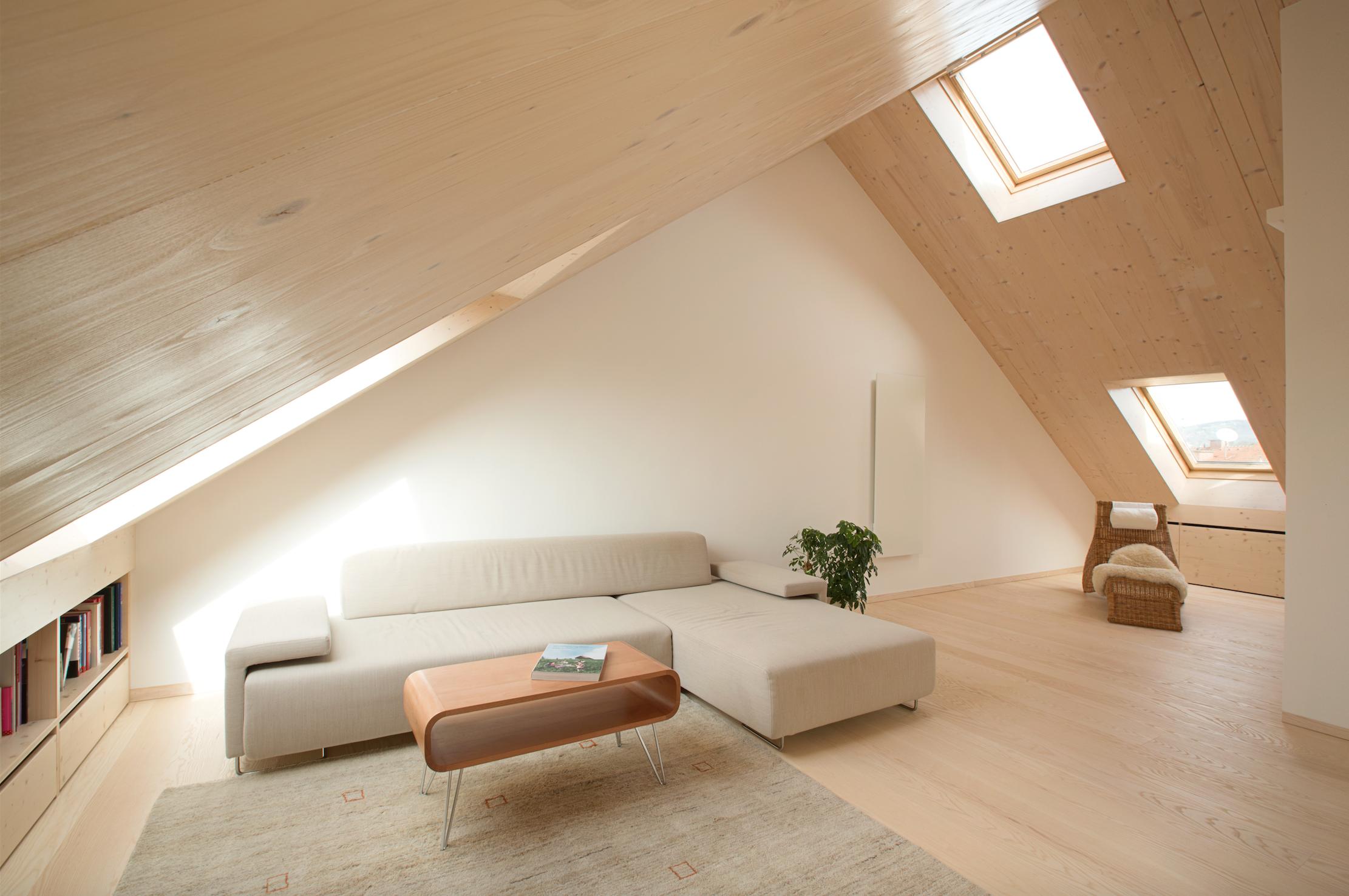 Wohnraum erhellt durch velux dachflächenfenster interni nel