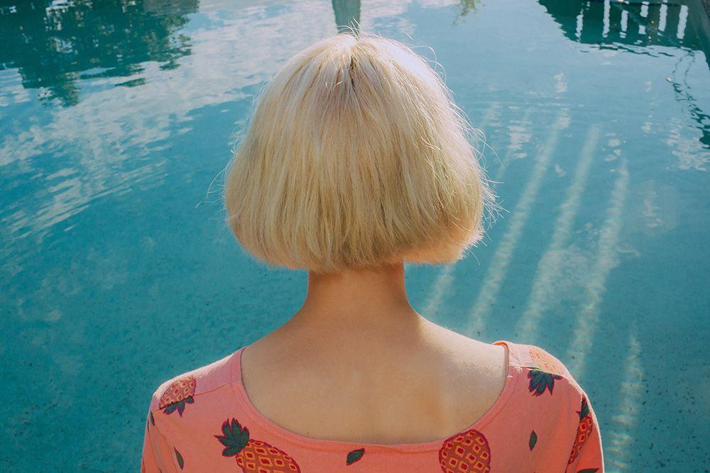 Открытки девушка блондинка с каре со спины