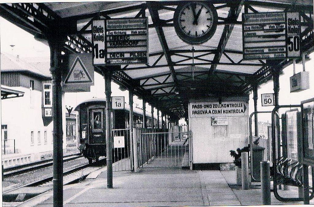 https://flic.kr/p/oErzwv | Bahnhof Zittau Eisenbahngrenzübergang 1977 | Eisenbahngrenzübergang Zittau mit Pass und Zollkontrolle nach Tschechien