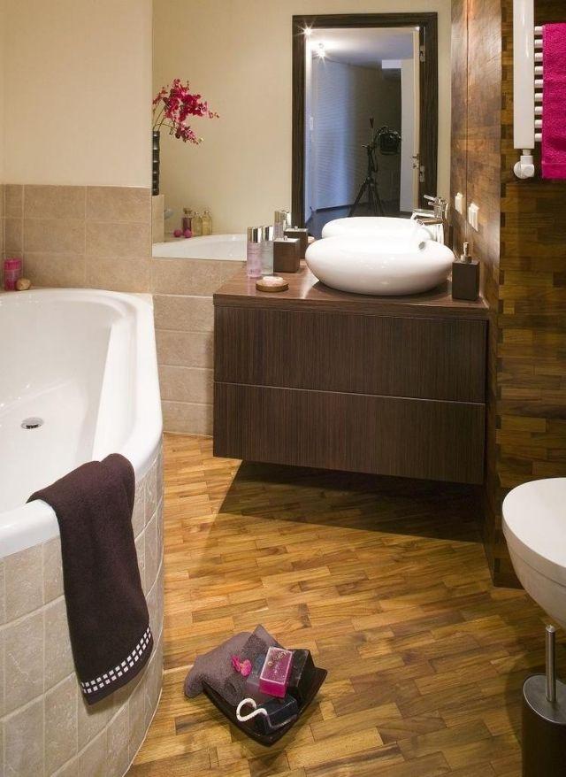 Kleines Bad Badewanne Boden Wand Fliesen Holzoptik Rundes