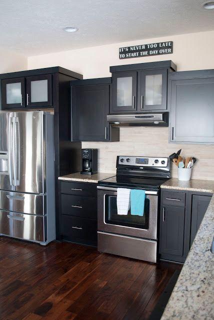 New stools in the kitchen cocinas oscuras muebles de for Muebles de cocina oscuros