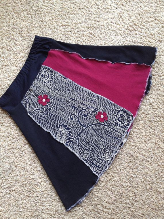 Dieser Größe mittlere Patchwork Rock ist aus 3 verschiedenen T-shirts / stricken Pullover an Podiumsdiskussionen mit Mustern und Schattierungen von schwarz und rot. Der Strick sind Baumwolle. Die ethnische Print ist eine gewebte Viskose-Mischung. Eigentlich der Druck ist ein sehr dunkles Blau, ich dachte, es war schwarz, wenn ich Nähen war. Es gibt 2 kleine Blumen für einen Akzent genäht. Die eingenähte elastische Taille ein Zoll Maßnahmen 28 ungedehnt (bis zu 34 gestreckt) Hüftumfang 36...