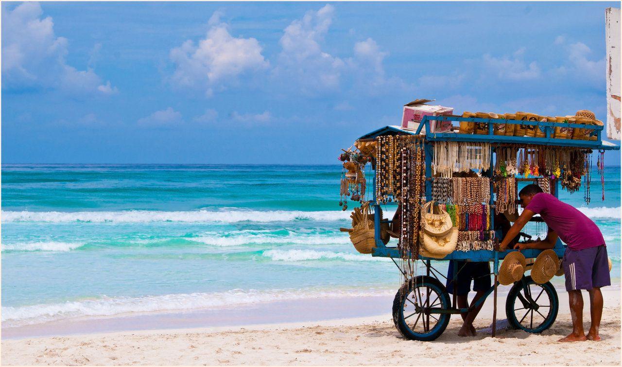 Vendedor de artesania en la playa de varadero