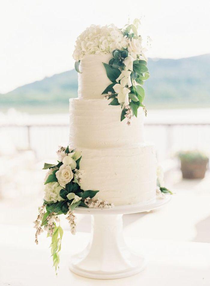 Greenery White Wedding Inspiration Knotsvilla Wedding Ideas Canada Wedding Blog Simple Wedding Cake White Wedding Cake White Wedding Cakes
