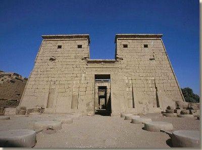 Tempel van Chonsoe, tempelcomplex Karnak, Loeksor. De tempel van Chonsoe bevindt zich in het het ommuurde domein van Amon binnen het tempelcomplex van Karnak. Hij ligt bijna tegen de zuidwestelijke muur aan, naast de negende en tiende pyloon van de Amontempel. Chonsoe , de maangod, was de zoon van Amon en Moet. Met z'n drieën vormden ze de Thebaanse triade. Lees het volledige artikel op Kemet.nl