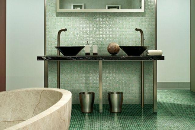 grüne Mosaik Fliesen Naturstein Farbe Badewanne dunkle Armaturen