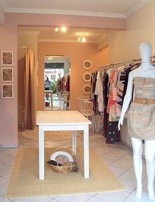 745999060 A decoração de loja de roupas femininas pequena requer cuidado e detalhes a  serem seguidos para que possa deixar sem ambiente da maneira que desejar