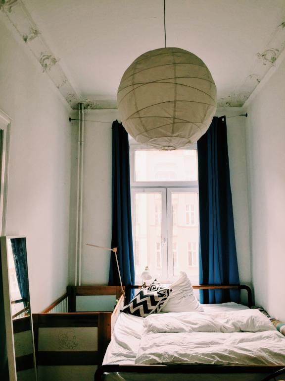 Schlafzimmer in Berliner Altbau mit großem Fenster, blauen - vorhänge für schlafzimmer