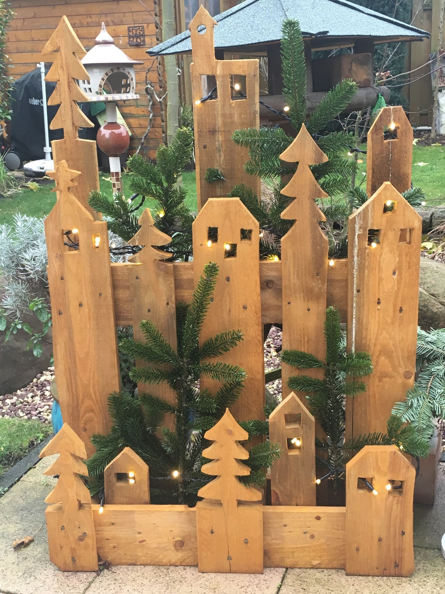 Europalette. Just a bit of imagination required & a Jigsaw/Holesaw & you can create something like this. You can leave it plain wood or even paint it. Great idea ;) #decodenoelfaitmaison
