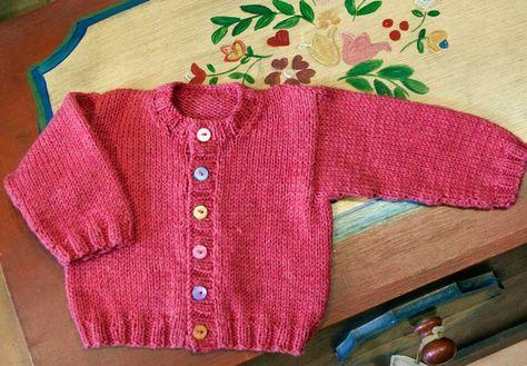 Patrón gratis de chaqueta para bebe en Molan mis Calcetas en punto bobo y  punto orillo lo mejor para el frñio y para los que más quieres a tejer! 7fc7c37692ec