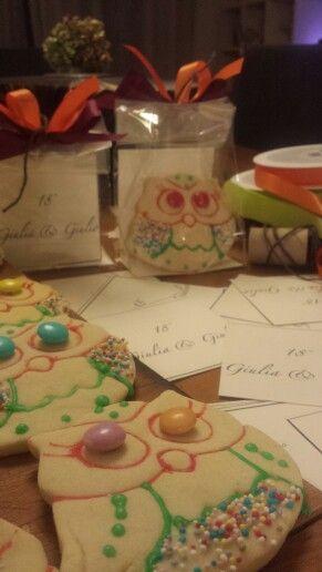 Biscotto fadta frolla a forma di civetta portafortuna decorato con glassa e confettini