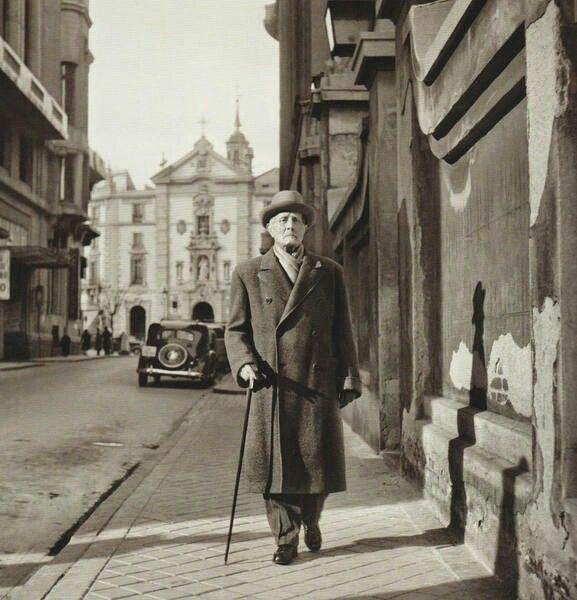 Azorín Caminando Solitario Por La Calle Marqués De Casa Riera Hacia 1950 Fotos Antiguas Madrid Fotos Antiguas Fotos