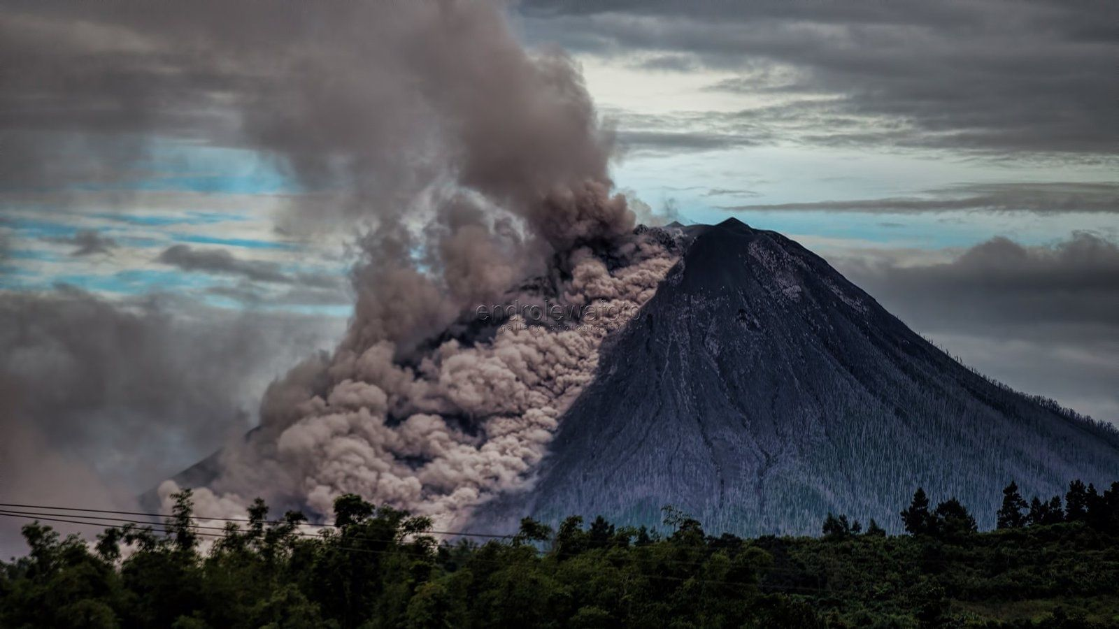 Sinabung - eruptive plume and pyroclastic flows on 12.01.2018 / at 8:22 and  8:35 WIB - photos Endro Lewa | Pyroclastic flow, Volcano, Landscape