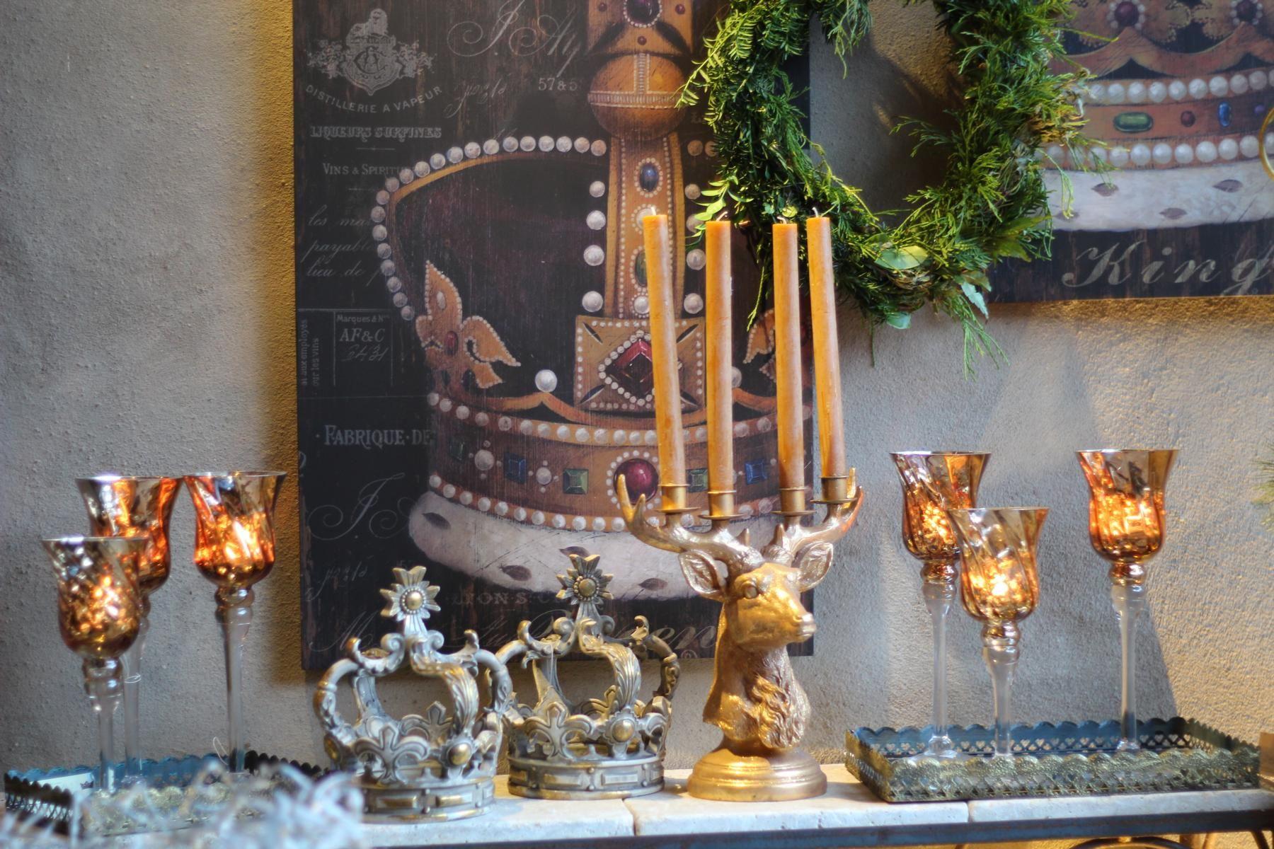 Ausstellung Brunnenschmiede im Heimbacher Hof - Dekorationen in angesagter Shabby-Chic & Vintage Lebensart - Windlicht - Krone - Kerzen - Hirsch - Hirschgeweih | BRUNNENSCHMIEDE.DE