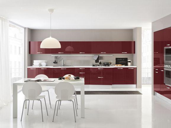 Cucina moderna in finitura bordeaux lucido con maniglia a ...