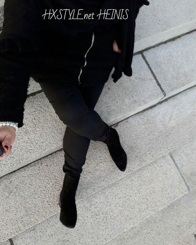 MUOTI&TYYLI. KLASSISTA&Tyylikästä MUSTAA...TRENDIKÄS KUVA, Portailla Huivi, Musta puolipitkätakki, käsineet ja SELFIE Keppi. Yksityiskohdat eivät näy mustissa vaatteissa, asusteissa. Mutta tykkään käyttää. Sinä? #fashionblog #trend #photo #selfie #tyyli #mustaa #huivi #takki #käsineet #selfie ☺