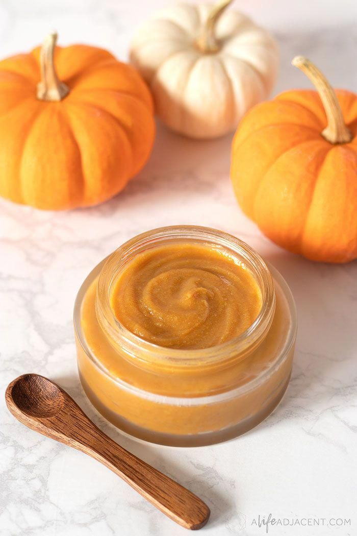 Photo of This DIY Pumpkin Face Mask is made with pumpkin powder to gently exfoliate your …