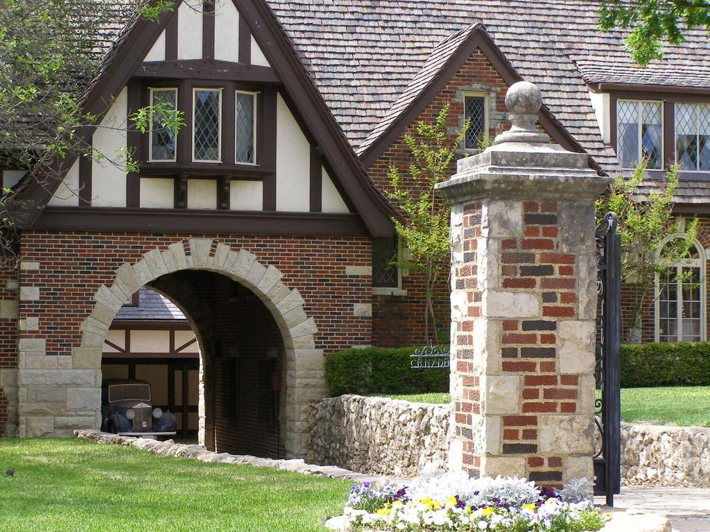 Tudor mansion porte cochere note the antique rolls for Porte cochere homes