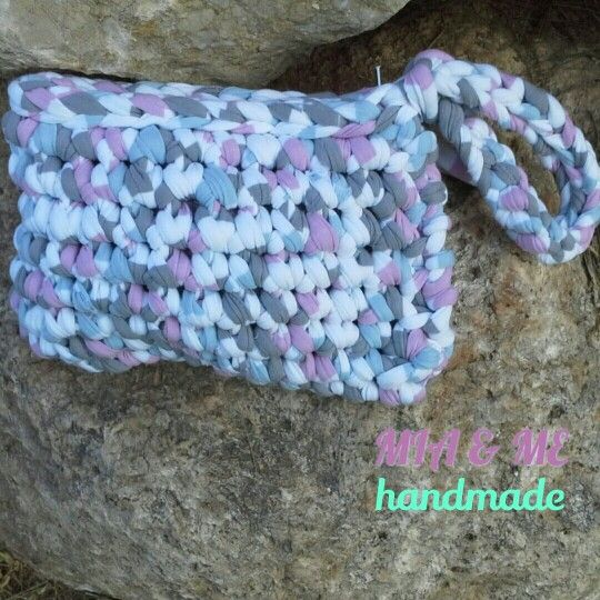 cluch o bolso de mano hecho en crochet con trapillo .  miaandmetrapillo@gmail.com