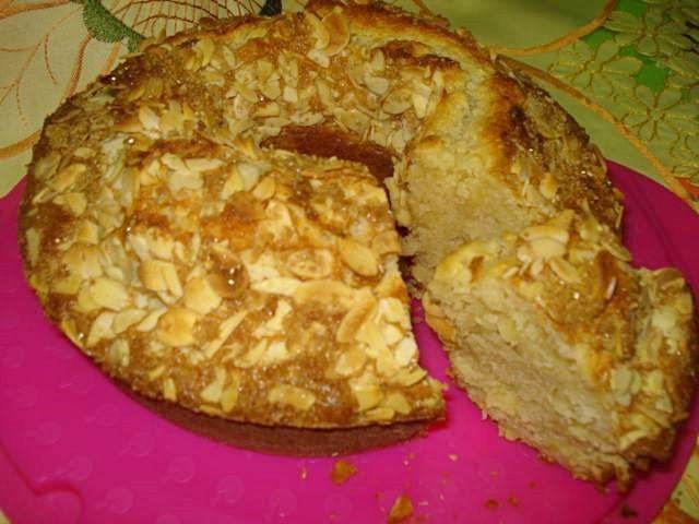 BOLO DE IOGURTE GREGO COM AMÊNDOA CROCANTE - http://www.sobremesasdeportugal.pt/bolo-de-iogurte-grego-com-amendoa-crocante/