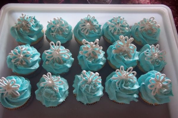 blue buttercream cupcakes with royal icing snowflakes (and ...