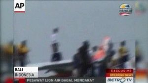 VIDEO: Lion Air Jet Crashes Into Sea in Bali; 45 Hurt - http://hotpressreleases.net/current-affairs/video-lion-air-jet-crashes-into-sea-in-bali-45-hurt/