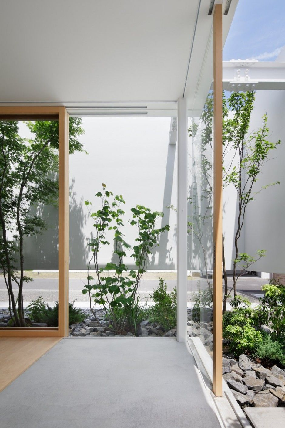 House with Floating Facade, Glass Walls and Interior Courtyard ...