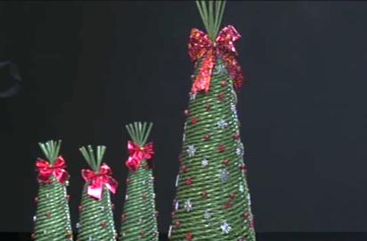 438b6a9f3 Fotopostup na Papierové pletenie Klaudia vás naučí ako upliesť z  papierových ruličiek vianočný stromček.