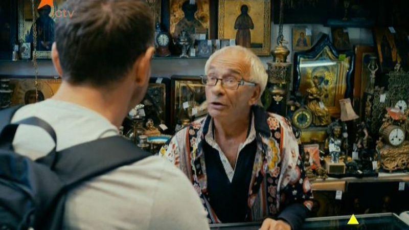 Что увидел мальчик когда заглянул в магазинчик часовщика? Что заставило его обратиться к отцу?