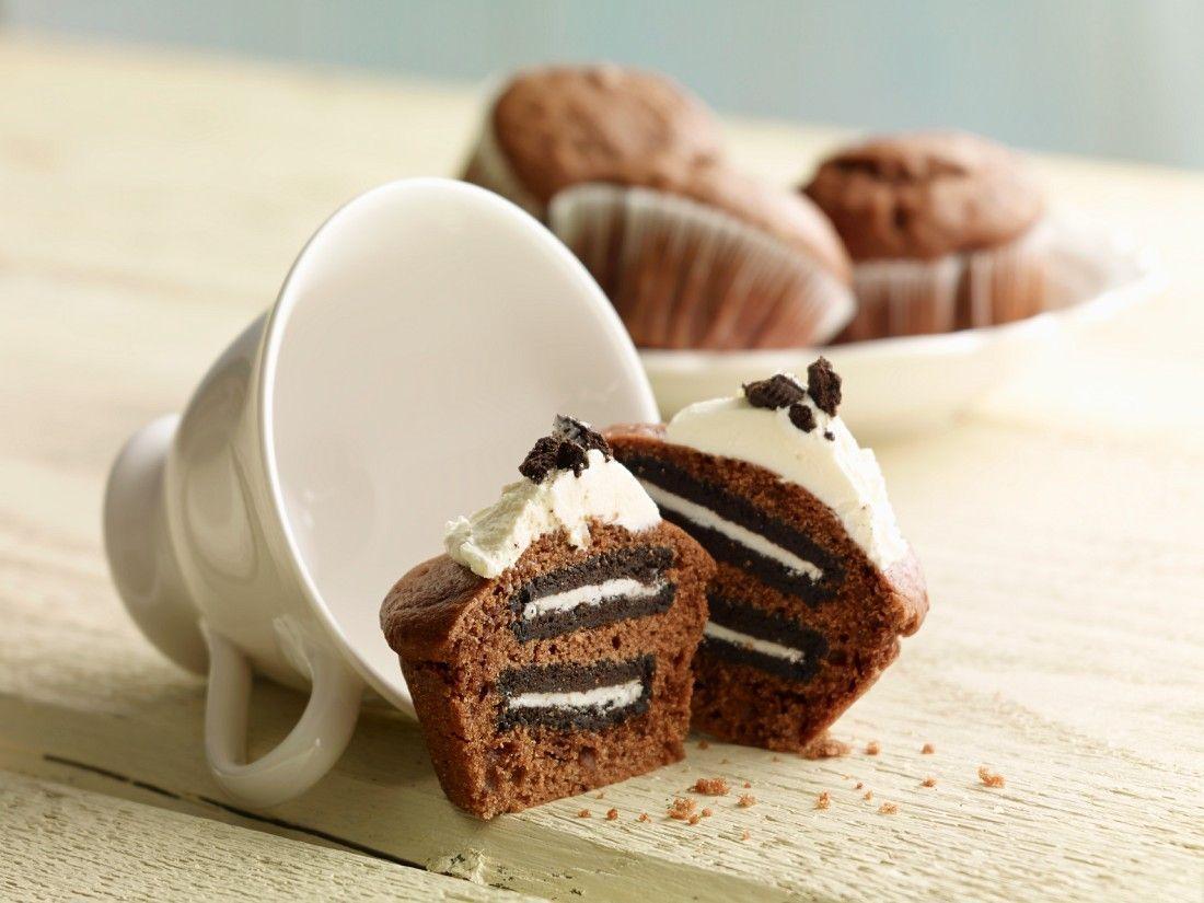 Schoko-Cupcakes mit Oreo Keksen | http://eatsmarter.de/rezepte/schoko-cupcakes-9