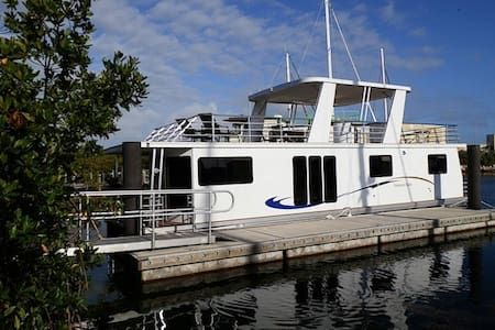 Check out this awesome listing on Airbnb: Fabulous Houseboat