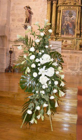 centro de flores en forma de s para boda