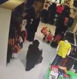 بالفيديو امرأة تسرق محفظة نقود متسوقة في غفلة منها بالظهران مول Laundry Clothes Laundry Organization Laundry