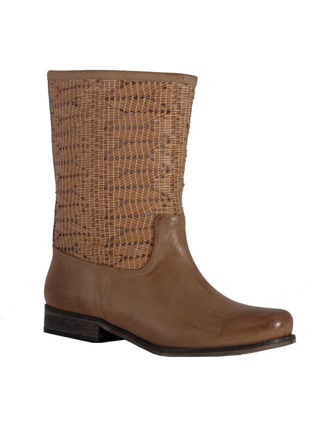 حذاء بوت جزمة باللون البني ورسم الأفعى يزينها من الأعلى موضة خريفية مميزة على موقع سر للتسوق Www Sukar Com Boots Shoes Fashion