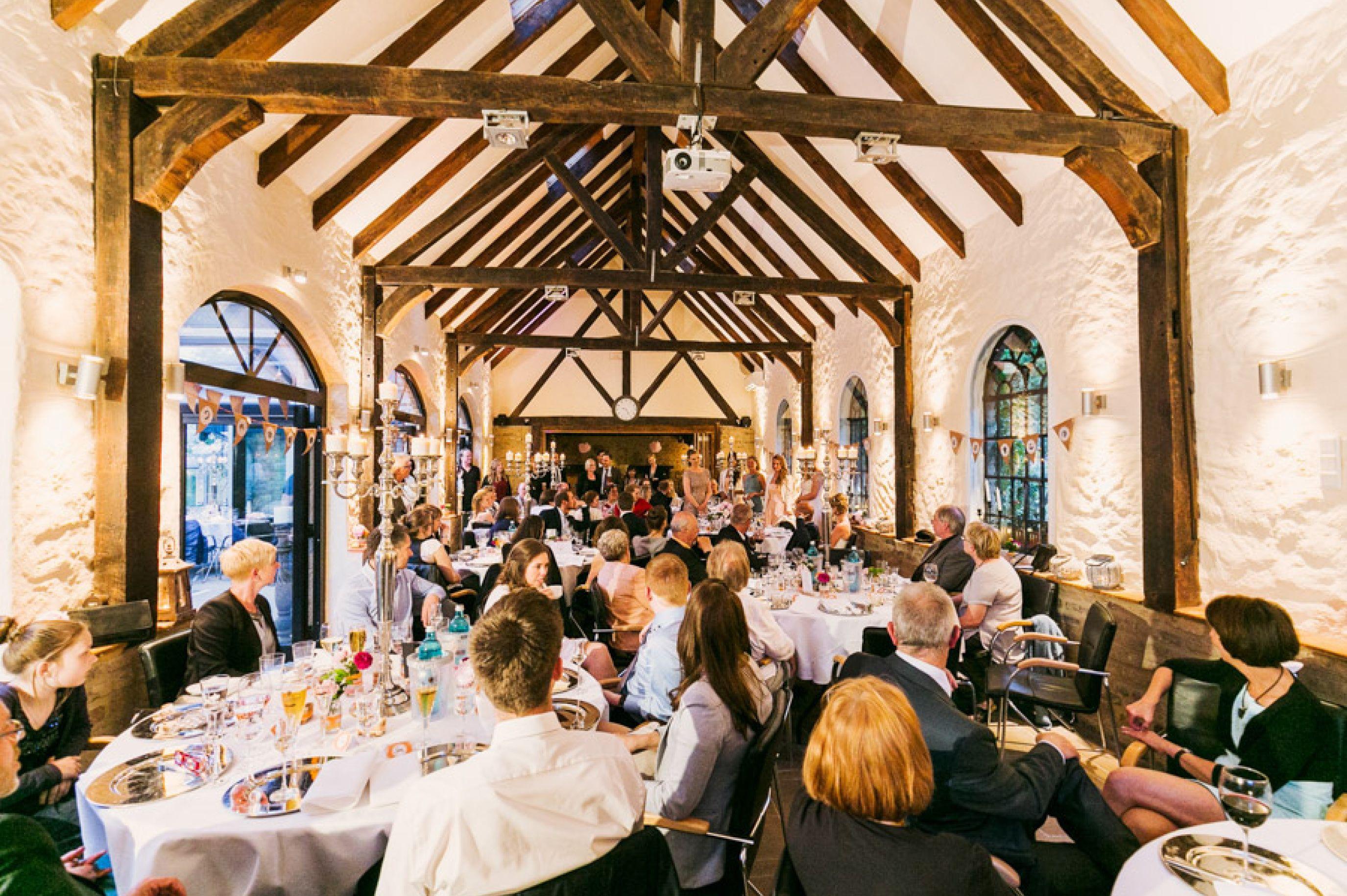Lässig draußen heiraten Hochzeit in Schloss Grünewald