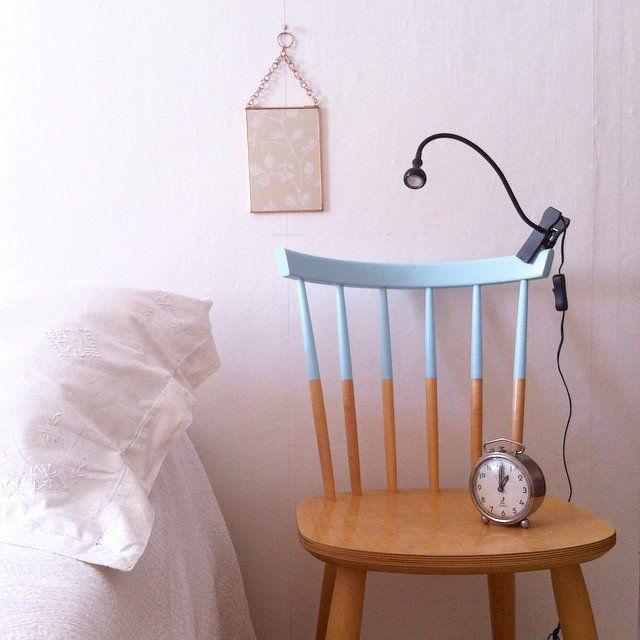 une chaise d tourn e en table de nuit bedroom home sweet home pinterest tables de nuit. Black Bedroom Furniture Sets. Home Design Ideas