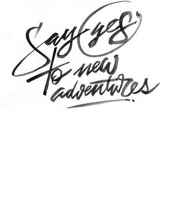 Arte SAY YES TO NEW ADVENTURES de Letteringraphy | Disponível em camiseta. Só na…