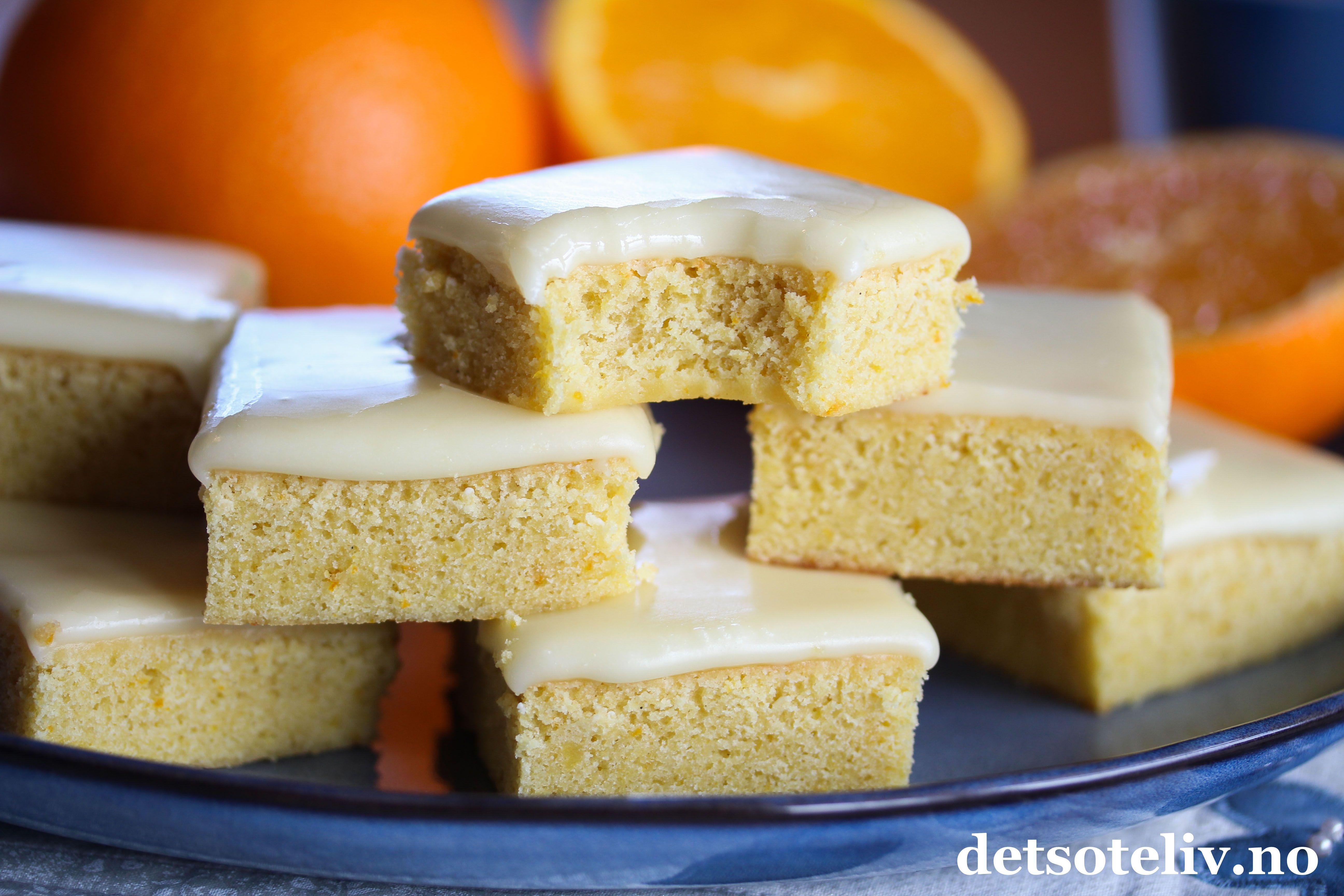 Hei! Håper dere har hatt en fin helg! Før påske var det veldig mange av dere som søkte opp oppskriften på Lemonies, som er en deilig sitronkake med den samme, bløte konsistensen som brownies. Jeg fikk selv lyst til å prøve kakene med appelsinsmak, og det ble også kjempegodt! Jeg kaller dem Orangies..  Neste eksperiment blir å lage denne kaken med lime, og da får jeg vel kalle dem Limies... Dette er en nydelig kake somsmaker godtåret rundt! Kaken er lett å lage og passer til liten…