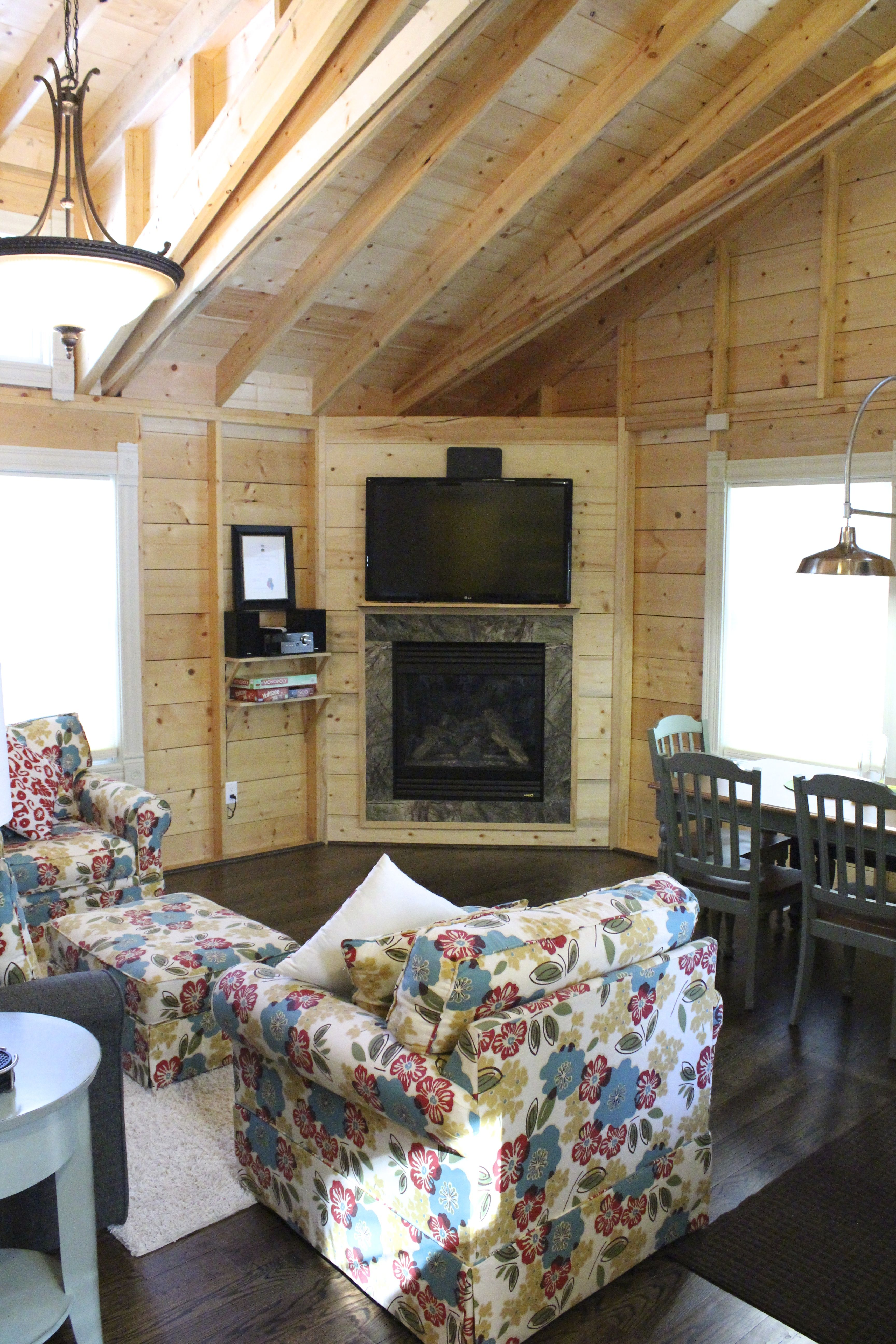 """High ceilings, gas fireplace, 50"""" smart tv. Cottage 2"""