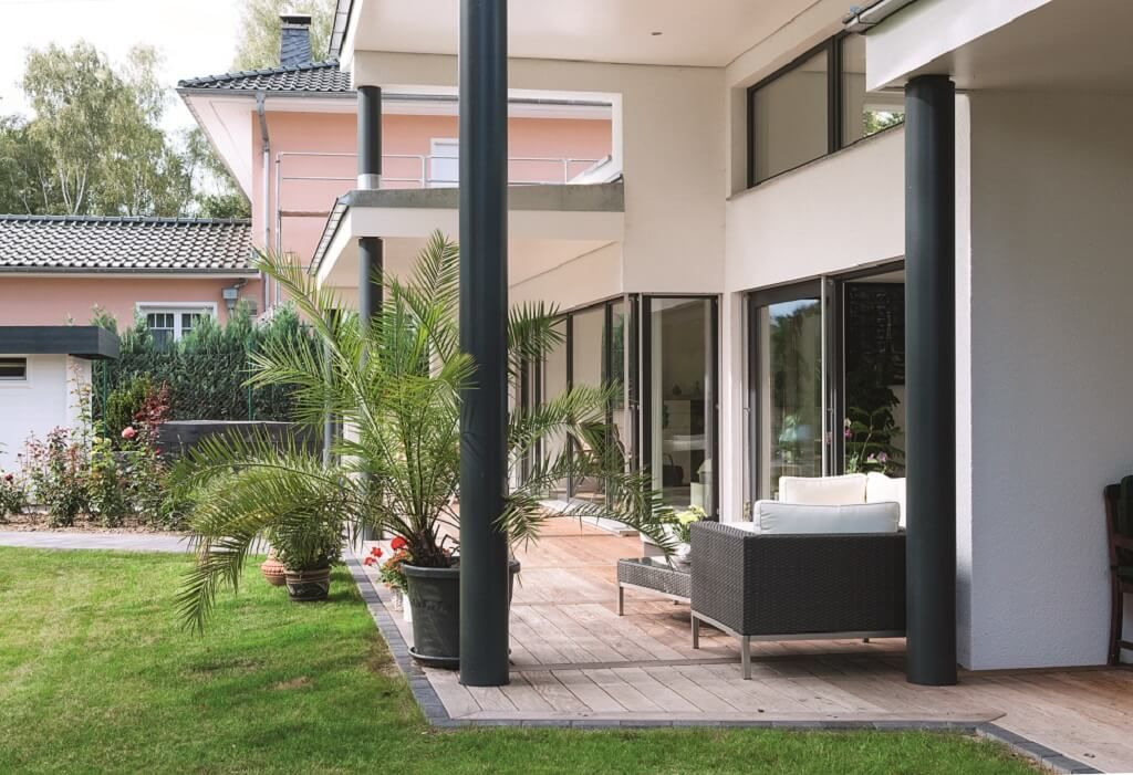 terrasse mit loggia einfamilienhaus ebenleben bungalow haus am see weberhaus fertighaus. Black Bedroom Furniture Sets. Home Design Ideas