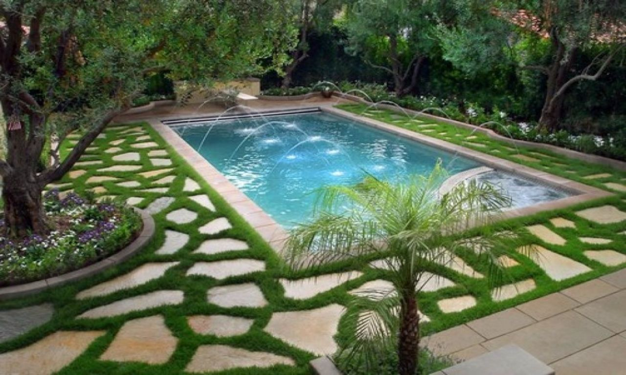 Pool Garten Ohne Beton Modern Simple Backyard Pool With Fountain Sprinkler And Grass