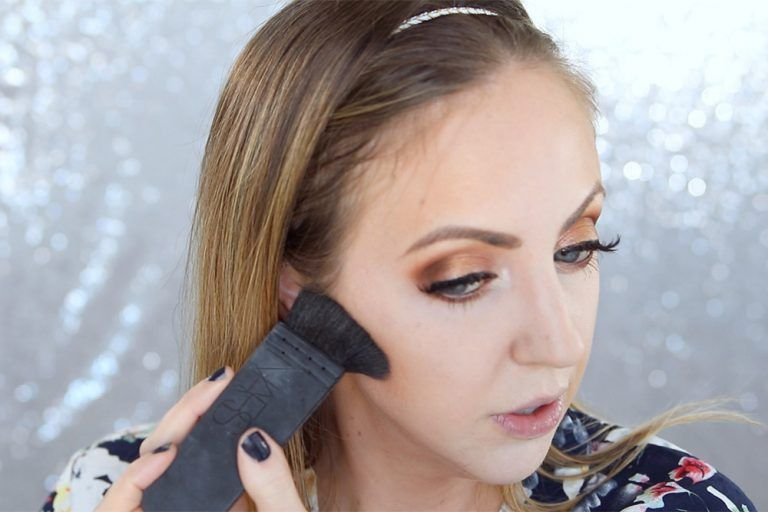 Makeup tips for photos - how to apply makeup for photography. Great tips! #makeup #makeuptips #beautyblogger #makeuptutorial
