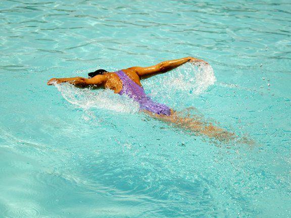 Auch leidenschaftliche Schwimmer kommen irgendwann an den Punkt, an dem das Kachelnzählen langweilig wird und das Trainingsprogramm einen neuen Kick braucht. Die richtige Mischung macht das Schwimm-Training effektiv und abwechslungsreich – und kleine Tipps und Tricks können Trainingsbremsen schnell ausschalten.
