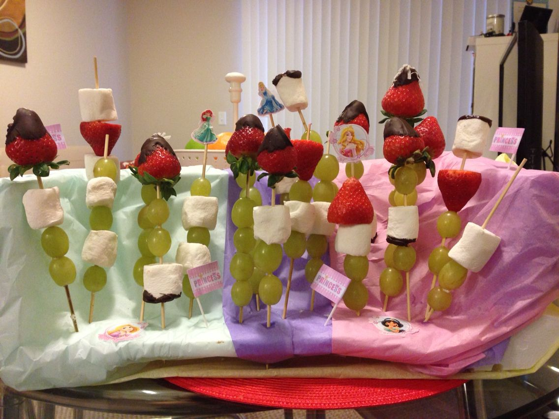 Fruits and marshmallows skewers for princess birthday theme