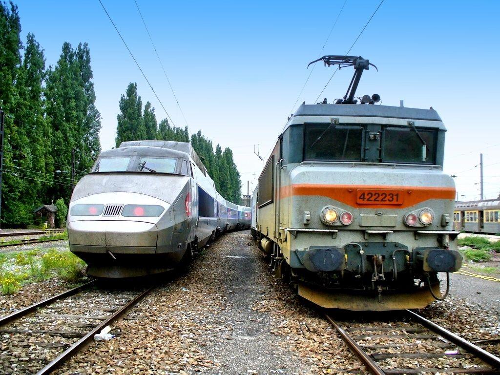 En gare de Valenciennes la rame TGV-R 526 à côté d'une locomotive BB-22241 bicourant de 4140 kW.     http://www.panoramio.com/photo/82262825