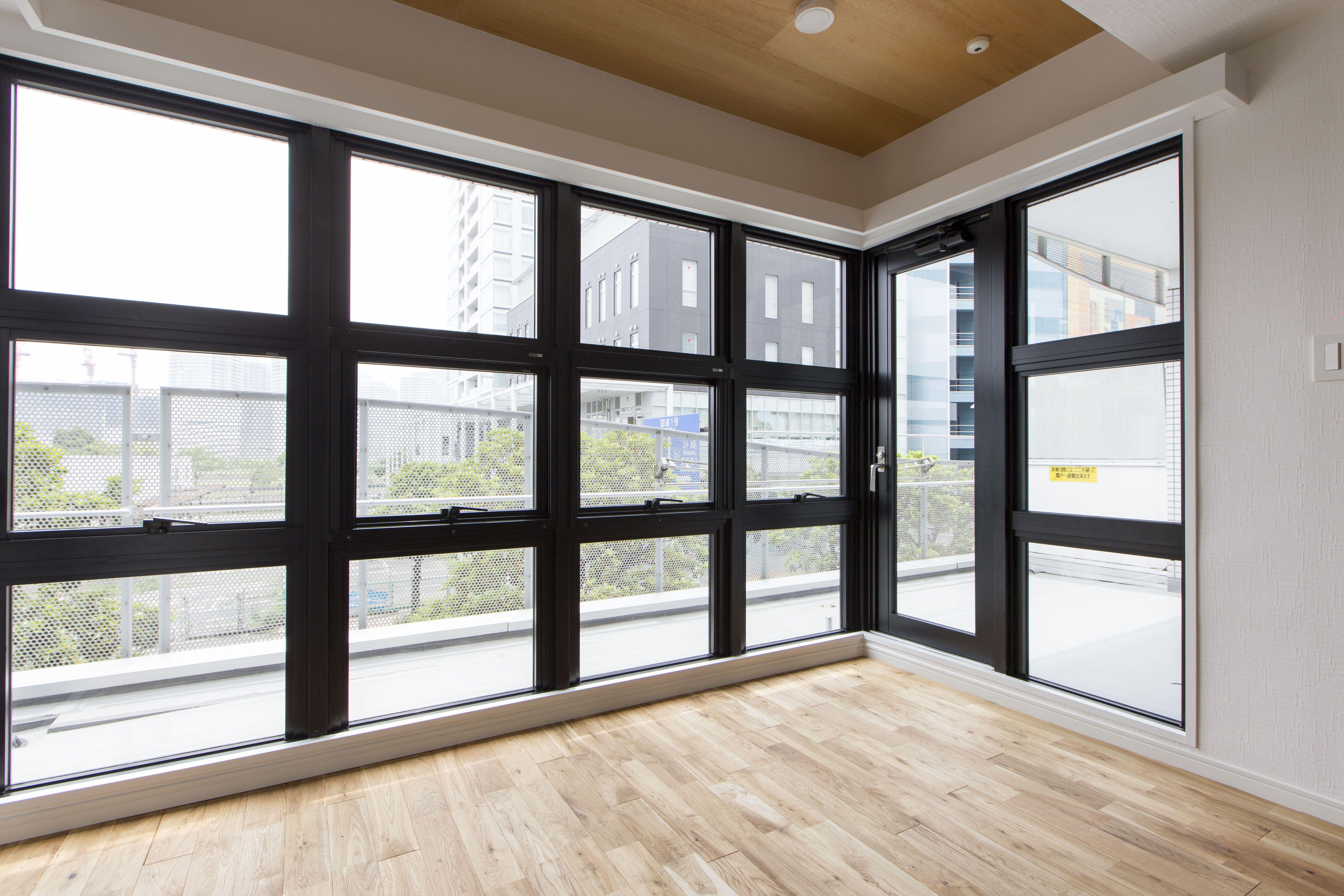 リビングにあります巨大な窓になります 室内窓 窓 景色